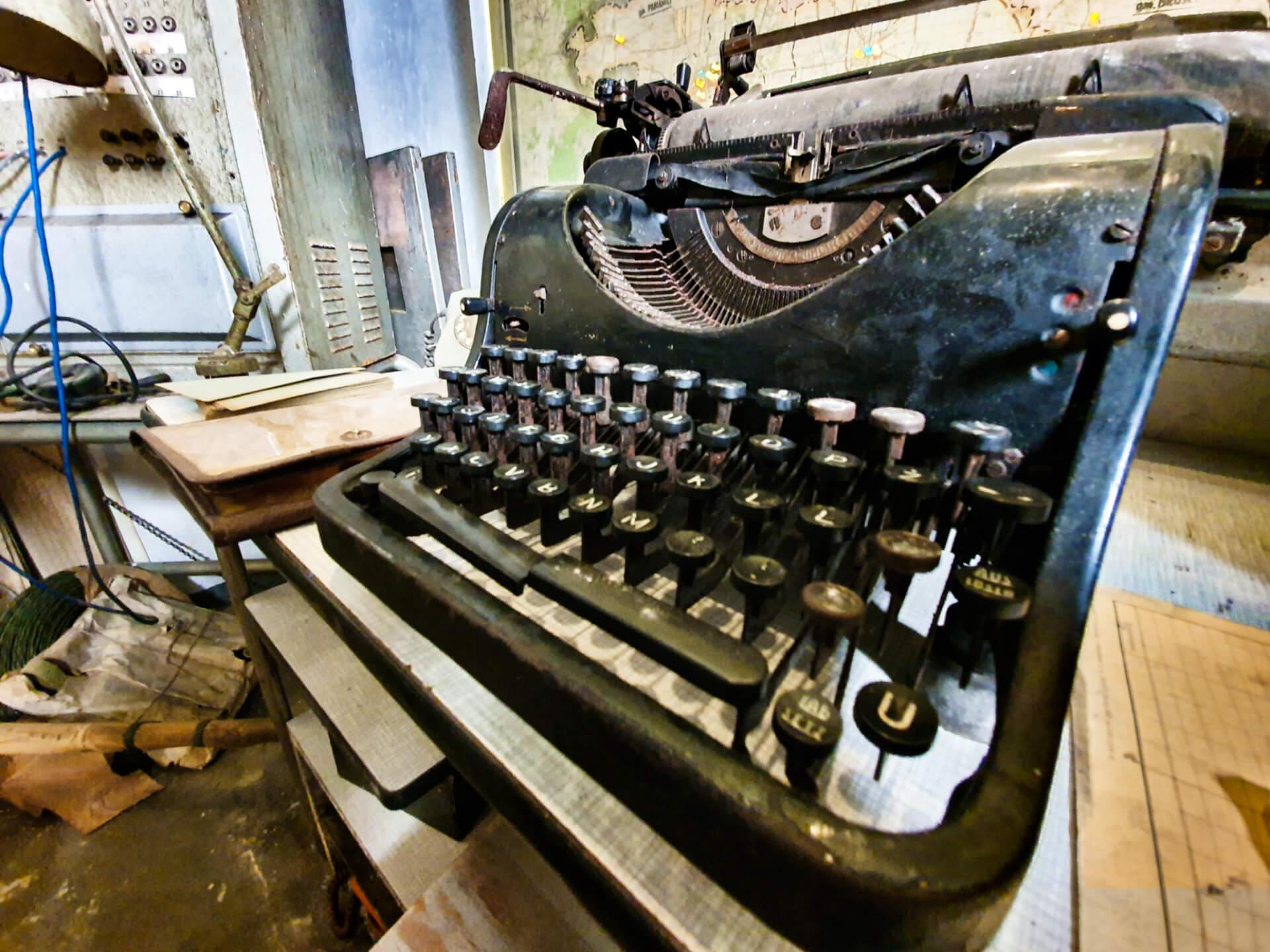 schron na brusie_pomieszczenia_wystawy_ekspozycja_zabytkowa_maszyna_do_pisania